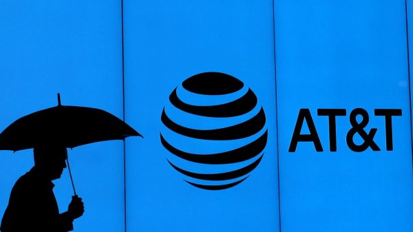 earnings-outlook:-at&t-stock-notches-worst-losing-streak-since-2010-amid-fears-of-iphone-subsidies'-effects-on-earnings